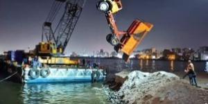 مصرع سائق في سقوط سيارة نقل في البحر بميناء الدخيلة