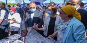 محافظ الإسكندرية يُسلّم مساعدات ومساهمات لـ60 أسرة ببرج العرب