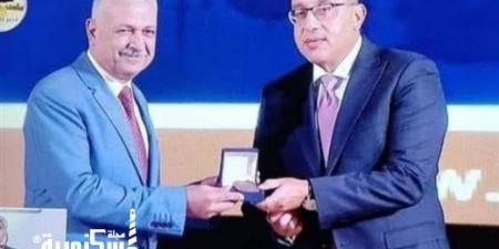 مدبولى يكرم رئيس حى شرق الإسكندرية لحصوله على جائزة التميز الحكومى