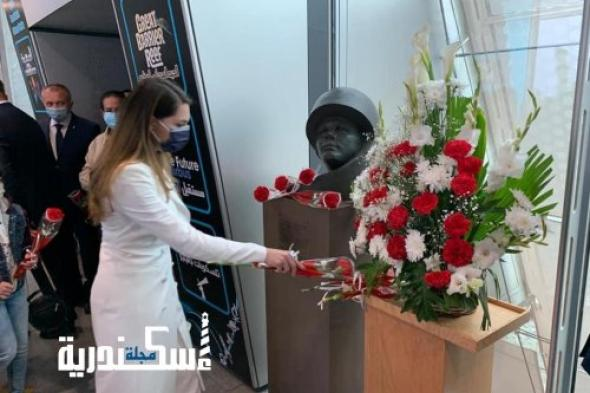 قنصل روسيا يضع الزهور على تمثال نصفي لرائد الفضاء الأول يوري جاجارين بمكتبة الإسكندرية