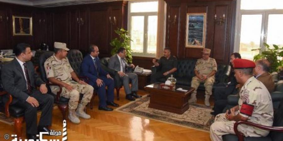 قائد المنطقة الشمالية يقدم التهنئة لمحافظ الإسكندرية لتوليه مهام منصبه.