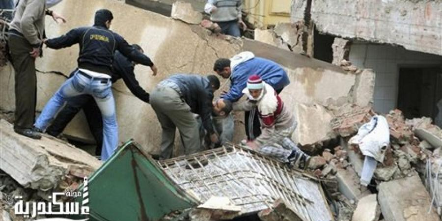 مصرع 3 اشخاص واصابة فرد شرطة إثر انهيار عقار قديم بكرموز
