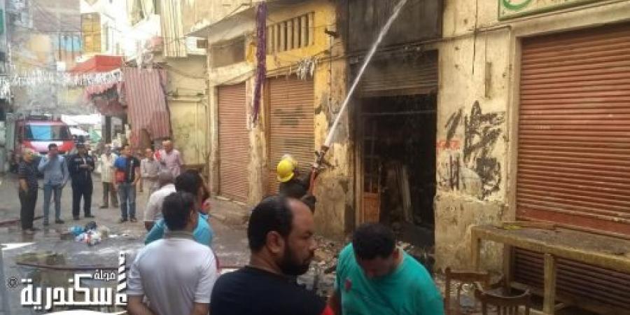 السيطرة على حريق بمحل تجاري بحي الجمرك