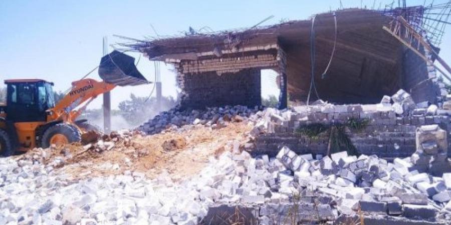 حي برج العرب ... إزالة تعديات على 3000 متر أراضي زراعية