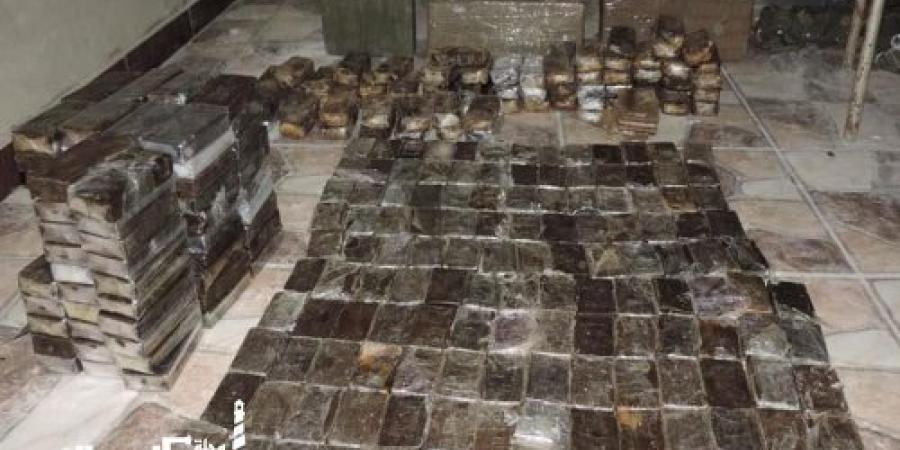 مكافحة المخدرات.....ضبط 3 أشخاص بحوزتهم 165 طربة حشيش