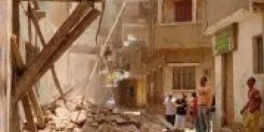حي غرب... إزالة الأجزاء داهمة الخطورة من عقارين بمنطقتي كرموز وكفر عشري
