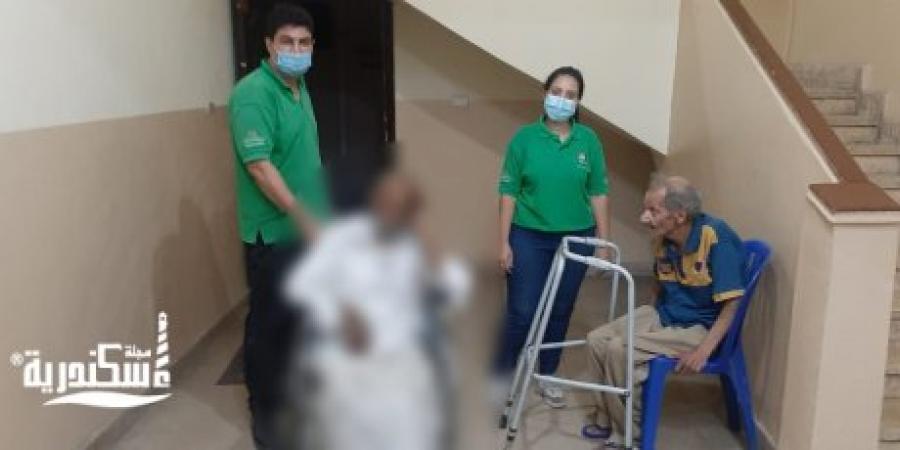 فريق أطفال وكبار بلا مأوى ينقذ مسنا فى الإسكندرية