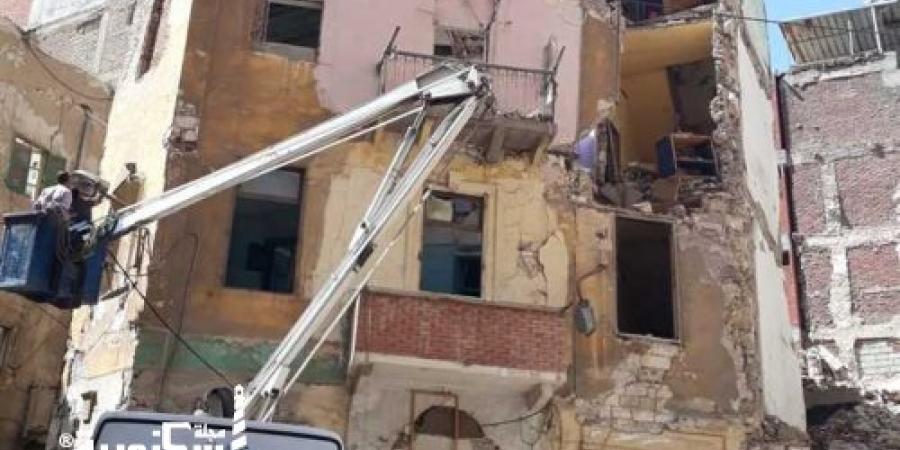 إزالة أجزاء من عقارين غرب الإسكندرية....لخطرها على المارة